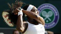 Serena Williamsová během zápasu 3. kola Wimbledonu proti Britce Heather Watsonové.