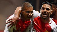 Kylian Mbappé (vlevo) se raduje z gólu Monaka s Radamelem Falcaem.