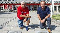 Na Chodníku slávy před zimním stadionem v Pardubicích přibyly pamětní dlaždicebasketbalového trenéra Jana Procházky (vlevo) a bývalého hokejového útočníka Jiřího Nováka.