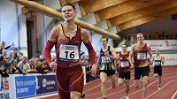 Běžec Pavel Maslák spěchá do cíle závodu na 400 m při halového mistrovství republiky ve Stromovce.