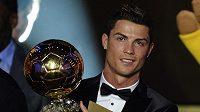 Portugalec Cristiano Ronaldo pózuje se Zlatým míčem za rok 2013.
