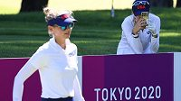 Americká golfistka Nelly Kordová si fotí svou sestru Jessiku během olympijského turnaje v Tokiu.