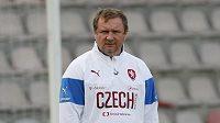 Pavel Vrba dohlíží na trénující reprezentanty v Rize.