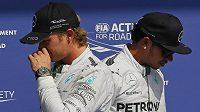 Nico Rosberg (vlevo) a Lewis Hamilton. Válečná sekera je údajně zakopána...