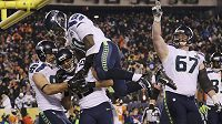 Wide receiver Jermaine Kearse (č. 15) ze Seattlu oslavuje svůj touchdown ve finále ligy amerického fotbalu NFL proti Denveru.