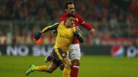 Alexis Sánchez z Arsenalu v souboji s Matsem Hummelsem z Bayernu Mnichov.