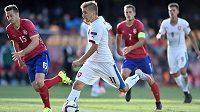 Martin Frýdek se snaží proniknout srbskou obranou při utkání ME 21 v Praze na Letné.