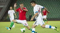 Marek Suchý (vpravo) rozjíždí akci národního týmu, brání mu Vladimir Koman.