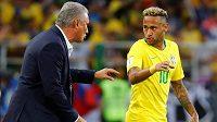 Neymar přijímá instrukce od kouče Brazilců Titeho.