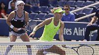 Lucie Šafářová (vpředu) si s deblovou parťačkou Bethanií Mattekovou-Sandsovou zahrají na US Open finále.