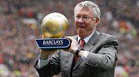 Sir Alex Ferguson s trofejí pro nejlepšího manažera sezóny.
