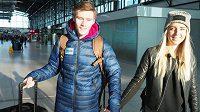 Pavla Masláka na letiště před cestou do Birminghamu doprovodila i přítelkyně Nella.