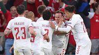 Fotbalisté Dánska se radují z vedoucího gólu proti Rusku.