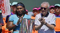 Už bývalý ředitel turnaje v Indian Wells Raymond Moore vedle Sereny Williamsové.