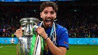 Manuel Locatelli s trofejí pro fotbalové mistry evropy, italský záložník bude nově hrát za Juventus Turín. Zdroj: Instagram/locamanuel73