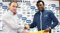 Posila teplických fotbalistů Francis Litsingi z Konga (vpravo) se sportovním manažerem klubu Pavlem Verbířem.
