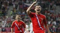 Ruští fotbalisté Alan Dzagojev (vpravo) a Konstantin Zyrjanov se radují po dalším míči v síti českého týmu