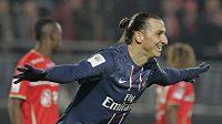 Zlatan Ibrahimovic z Paris St. Germain se raduje z jednoho ze svých gólů do sítě Valenciennes.