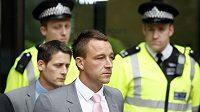Kapitán Chelsea John Terry opouští soudní budovu Westminster magistrates court v Londýně.