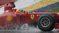 Pilot Ferrari Fernando Alonso při Velké ceně Malajsie.