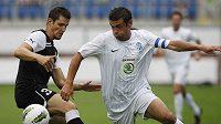 Hráč Larnaky Serran (vlevo) sleduje míč před Markem Kuličem z Mladé Boleslavi