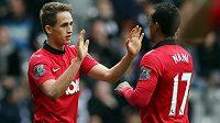 Záložník Adnan Januzaj (vlevo) slaví svoji trefu v dresu Manchesteru United se spoluhráčem Nanim.