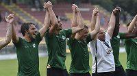 Hráči Příbrami s trenérem Romanem Nádvorníkem děkují fanouškům po triumfu 4:0 nad Jabloncem.