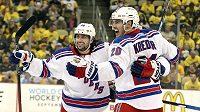 Mats Zuccarello (36) a Chris Kreider (20) z NY Ranger v play off NHL proti Pittsburghu.