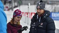 Olympijští vítězové ve sportovní střelbě a manželé Kateřina a Matt Emmonsovi v dějišti Světového poháru v biatlonu. Matt je poradcem pro střelbu americké reprezentace a Kateřina české.