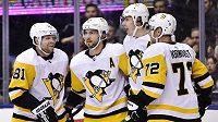 Hokejisté Pittsburghu se radují z gólu proti Torontu.