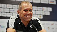 Trenér Roman Pivarník se před plzeňským startem v pohárové Evropě usmívá.