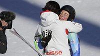 Slovinská lyžařka Tina Mazeová (vpravo) se objímá se Švýcarkou Dominique Gisinovou. Obě závodnice zajely ve sjezdu stejný čas a radovaly se ze zlaté medaile.