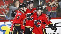 Radost hráčů Calgary, zleva Mark Giordano, Sean Monahan a Johnny Gaudreau.