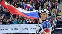 Vítěz stíhacího závodu Ondřej Moravec se raduje v cíli.