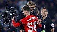 Liverpoolský teenager Ben Woodburn v objetí s koučem Jürgenem Kloppem.