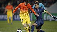 Lionel Messi (vlevo) obchází Thiaga Silvu z Paris St. Germain v utkání Ligy mistrů.