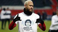Hvězdný fotbalista PSG Neymar si stejně jako další hráči oblékl tričko s podobiznou zesnulé legendy - Diega Maradony.