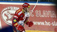 Lukáš Žejdl z HC Slavia Praha se raduje z branky proti Kladnu ve čtvrtfinálovém zápase play-off hokejové extraligy.