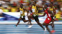 Usain Bolt (druhý zleva) pádí v Moskvě pro titul mistra světa v běhu na 100 metrů.