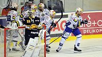 Hráči Brna se radují z vedoucího gólu, vpředu vlevo je brankář Litvínova Pavel Francouz.