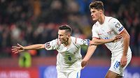 Jakub Pešek (8) a Patrik Schick se radují po gólu proti Walesu.