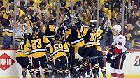 Radost hokejistů Pittsburghu po rozhodující trefě Kunitze.