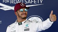 Obhájce titulu Lewis Hamilton slaví triumf v kvalifikaci na nedělní Velkou cenu Španělska.