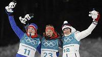 Medailistky z první biatlonového závodu na olympiádě v Pchjongčchangu. Zleva Marte Olsbuová, Laura Dahlmeierová a Veronika Vítková.