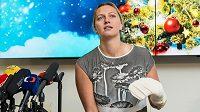 Tenistka Petra Kvitová během tiskové konference po propuštění z nemocnice.