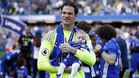 Fotbalový brankář Asmir Begovič slaví se synem vítězství v Premier League s Chelsea, od nové sezóny bude chytat v Bournemouthu.