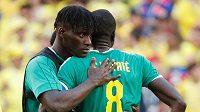 Zklamaní Senegalci Cheikhou Kouyate a Kara Mbodji po porážce s Kolumbií. Na MS končí kvůli vyššímu počtu žlutých karet.