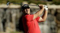 Golfista Patrick Reed sleduje svou ránu na 18. jamce turnaje Humana Challenge golf tournament.
