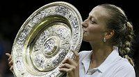 Petra Kvitová líbá talíř pro vítězku Wimbledonu.