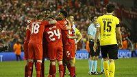 Fotbalisté Liverpoolu se radují z gólu v odvetě s Borussií Dortmund.